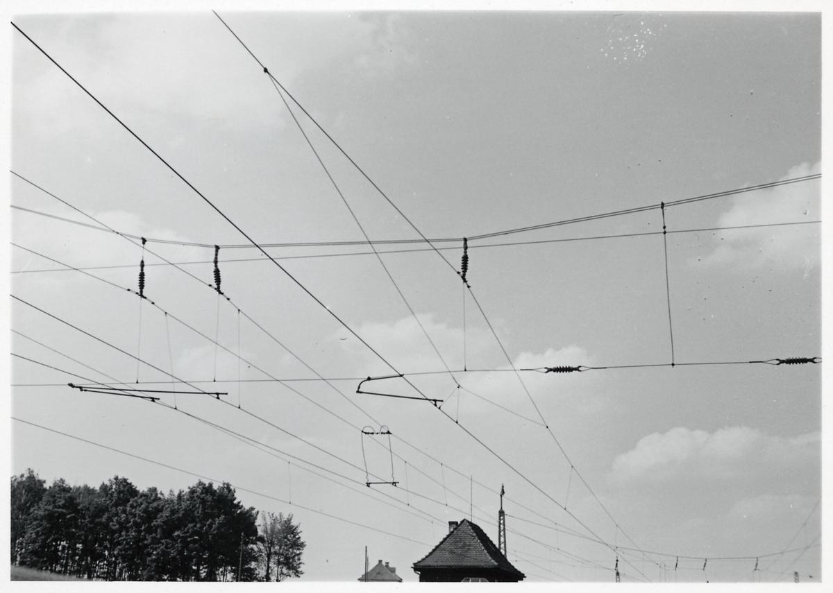 Kontaktledningar vid station.