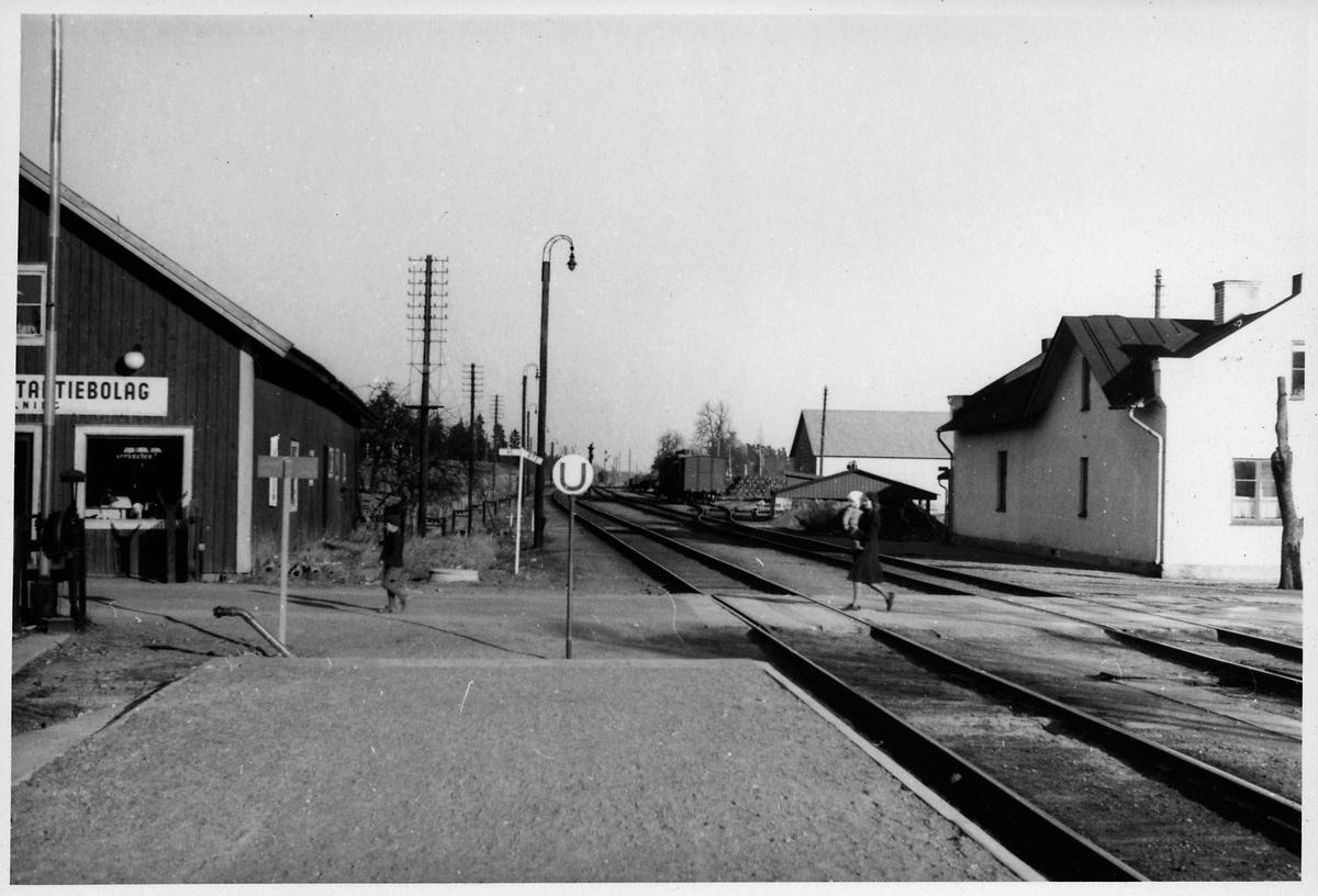 """Text på baksida: """"Fellingsbro mot öster"""".  Text på omslag: """"Köping-Frövi""""."""