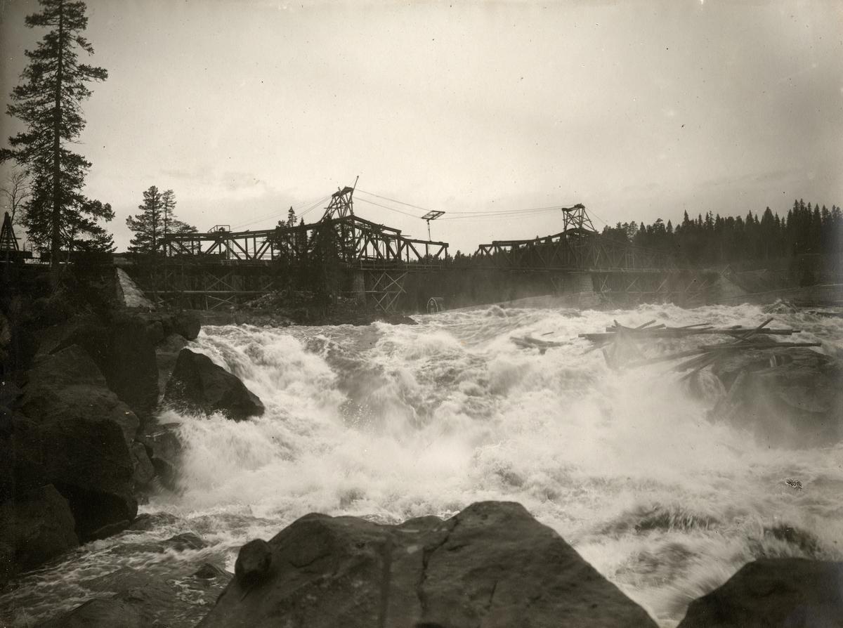 Åkvisslan vid Fjällsjöälven. Uppsättning av järnvägsbro för bandelen Forsmo-Hoting.