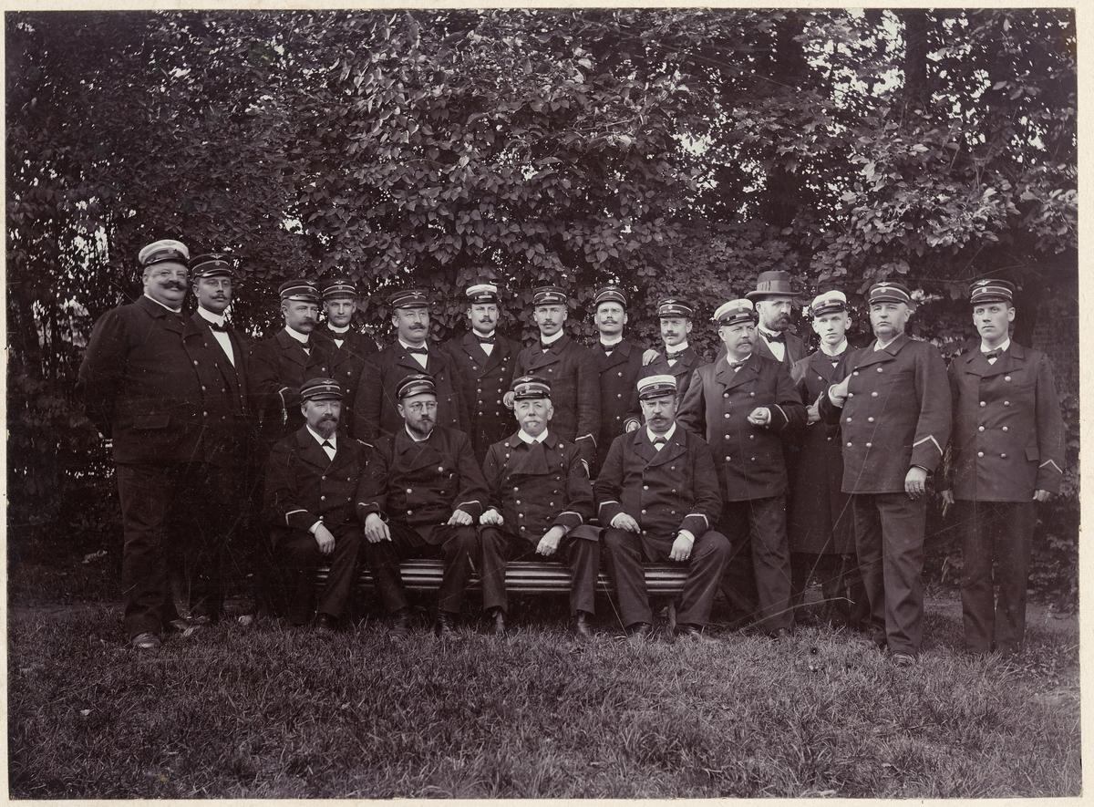 Tjänstgörande vid fältmanövern i Hessleholm september 1899.Sittande fr.v. Stins Floby, Sandler, Zandén Nilsson,fsts Lundgren. Stående fr.v. Stins Cederström, sts Walden, Englund, Cederberg, Öhrstrand, Vestman, Pedersén, Bergvall, Liljedal, fsts Camitz, Tliö Davidson (civil) ex.sts. Ravn, fsts. Graveleij, tlt Skarstedt.