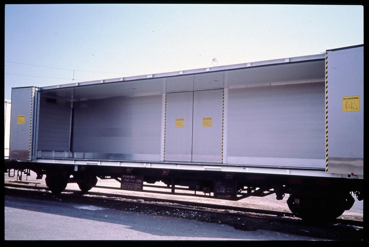 Statens Järnvägar, SJ jumbocontainer 1361 001 lastad på SJ Lgjs 42-74-440 4 635-8. Statens Järnvägar.