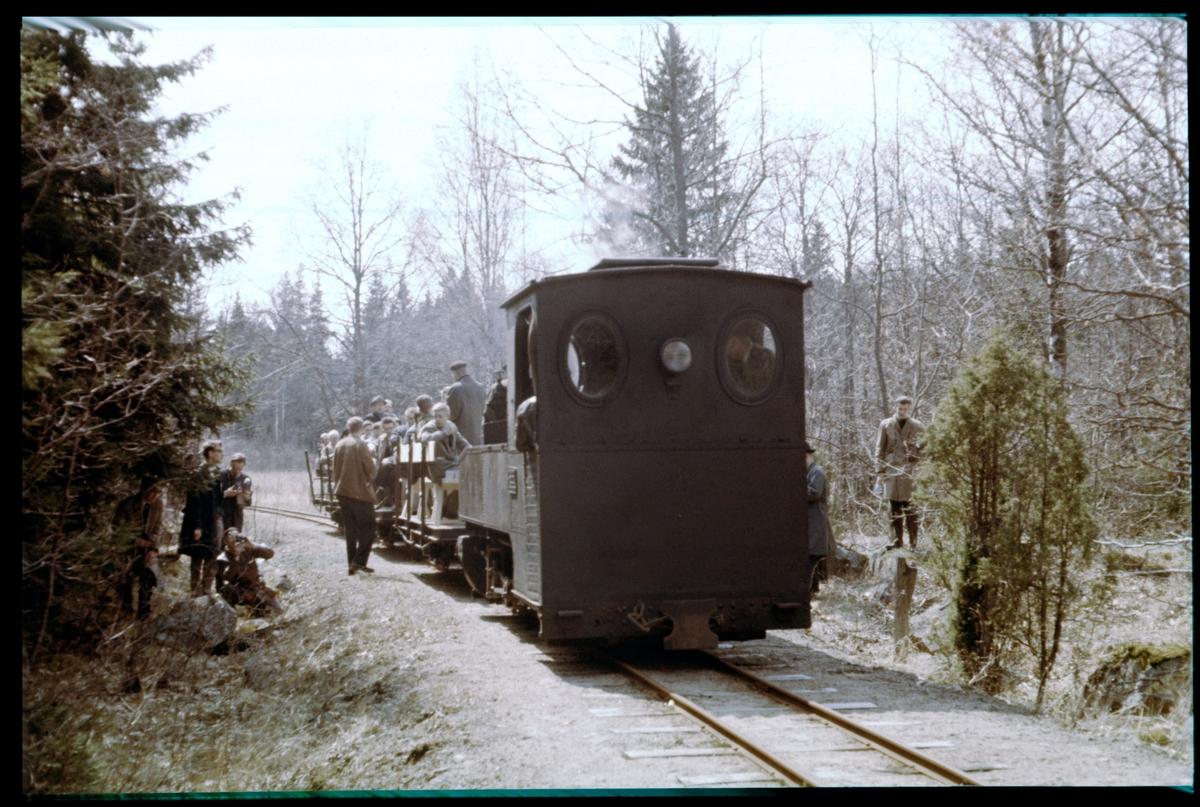På spåret mellan Emsfors och Påskallavik under resa med Svenska Järnvägsklubben.