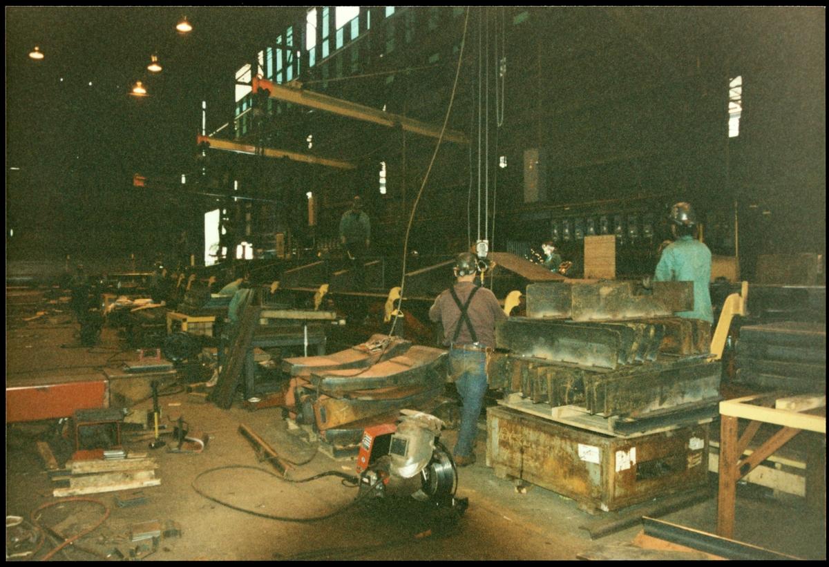Arbete med godsvagn i verkstad. Tagen under ett besök i USA av Trafikaktiebolaget Grängesberg - Oxelösunds Järnvägar, TGOJ.