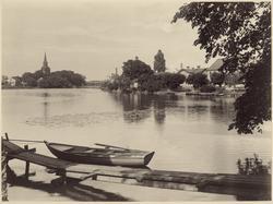 Vy över Eskilstunaån med Fors kyrka och järnvägsbron i bakgr