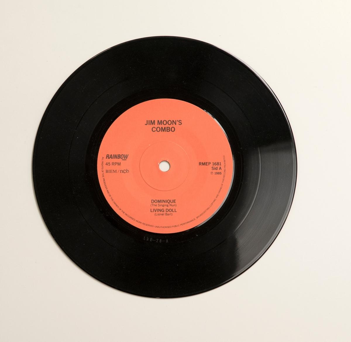 """EP-skiva av svart vinyl med röd pappersetikett, i omslag av papper. Omslagets framsida har ett svart-vitt fotografi av bandet, och märkning """"LdR Records"""". På omslagets baksida finns låttitlarna, och uppgift """"VOL. 10"""".  Innehåll Sid A: 1. Dominique 2. Living doll Sida 2: 1. Yoy'll break my heart 2. Occarina polka  JM 55358:1, Skiva JM 55358:2, Omslag"""