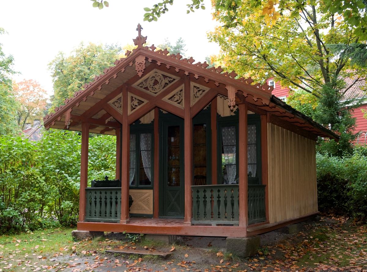 1854 - 1855 Dukkestuen er bygd i sveitserstil med spesiallaget interiør. Den har stue, kjøkken og en overbygd veranda og er sjeldent fin og velutstyrt. Den ble bygd av Torvald Meyer, en av Christianias rikeste mann, for døtrene Ingeborg og Thea.  Norsk folkemuseums guidebok,  1996