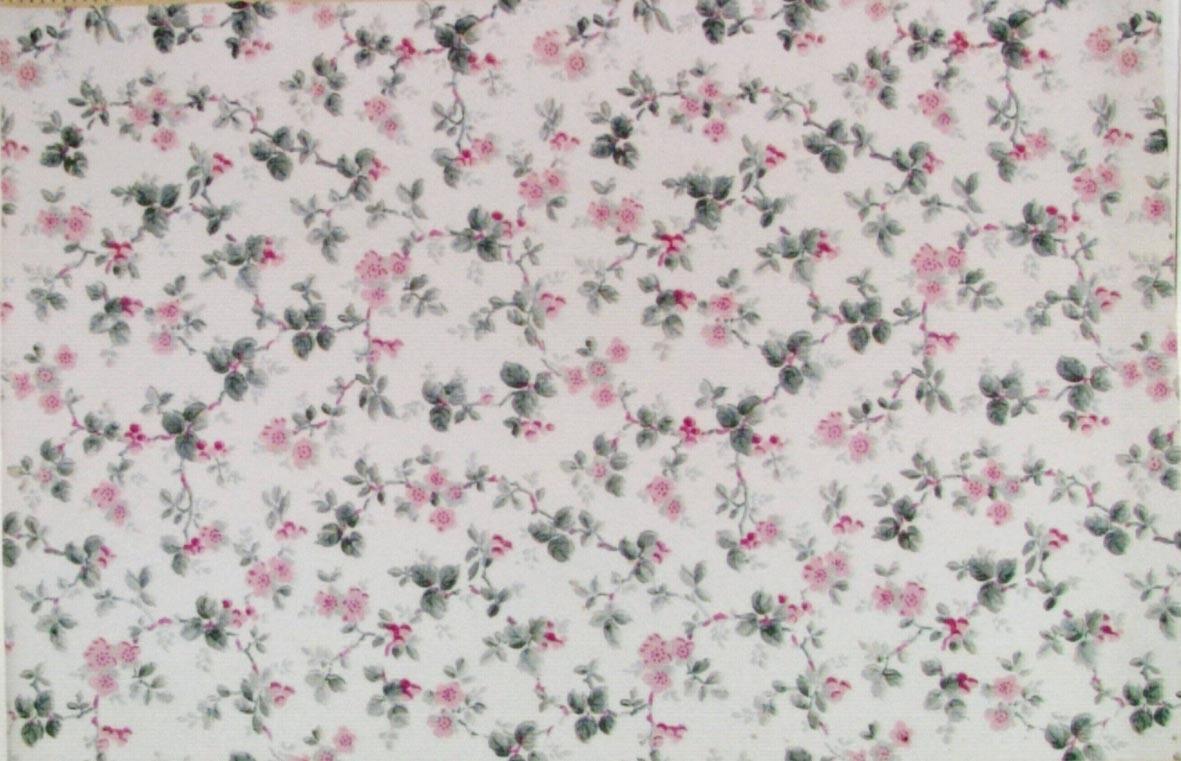 Litet ytfyllande blommönster i två rosa och tre ljusgrå nyanser på en vit bakgrund.