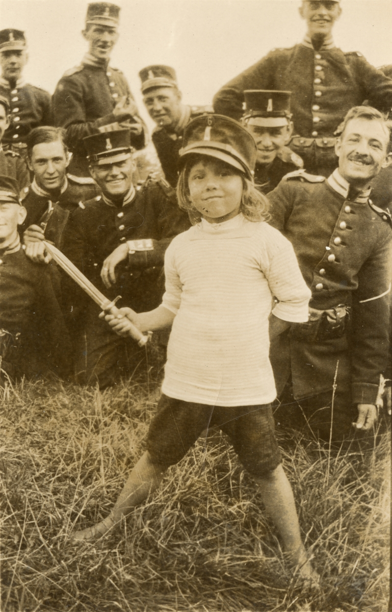 Soldater och ett barn från Göta livgarde I 2.