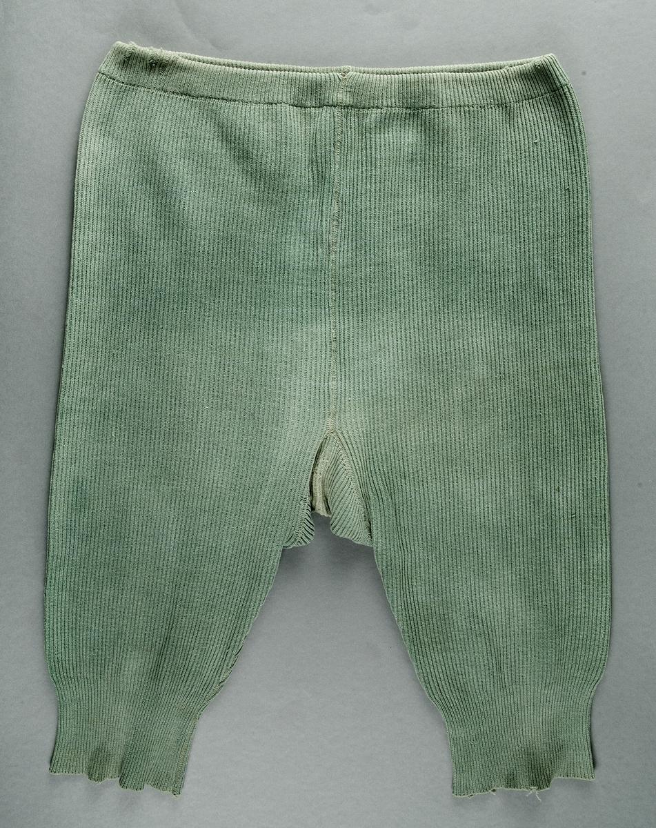 Byxor, för kvinna, ribbstickade av grönt bomullsgarn, resårband i midjan. Grenkil. Maskinsydda.