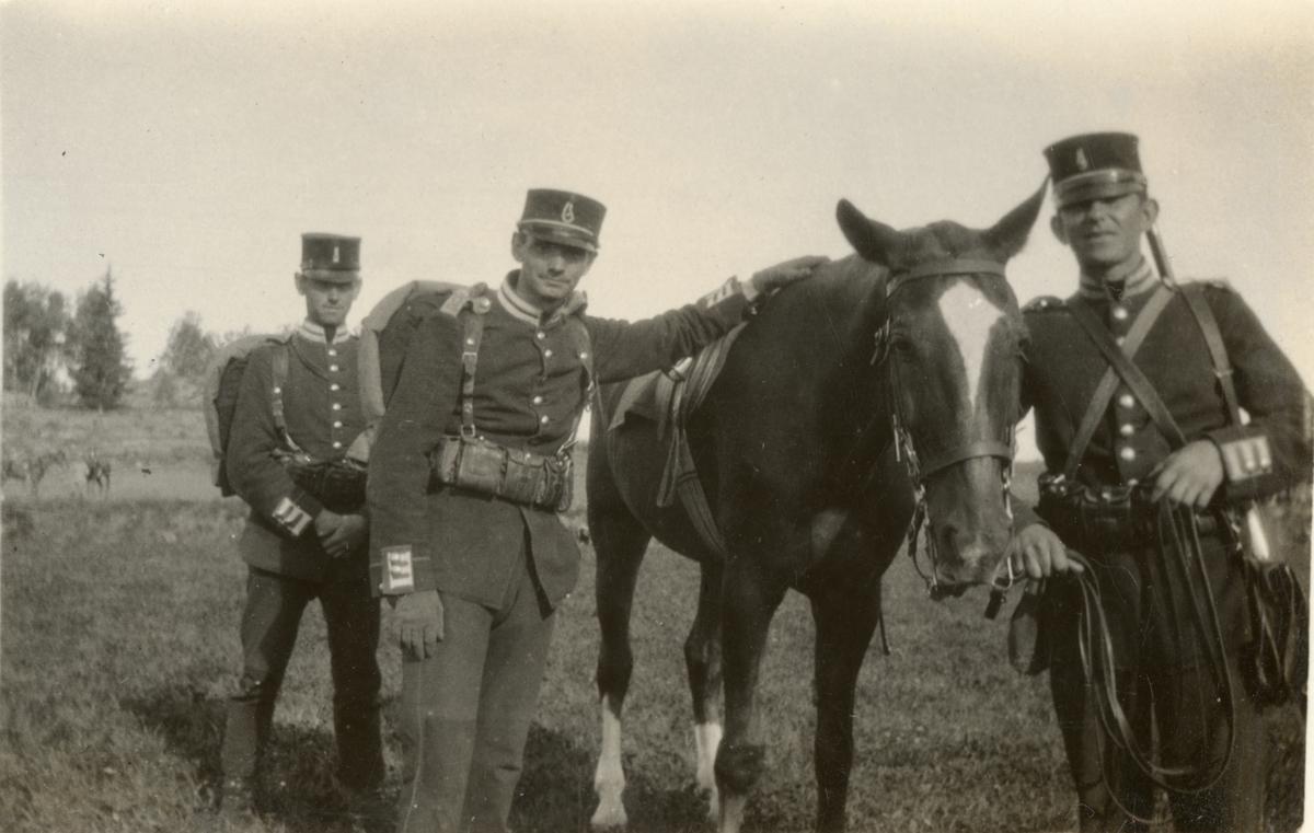 Soldater från Göta livgarde I 2 med häst.