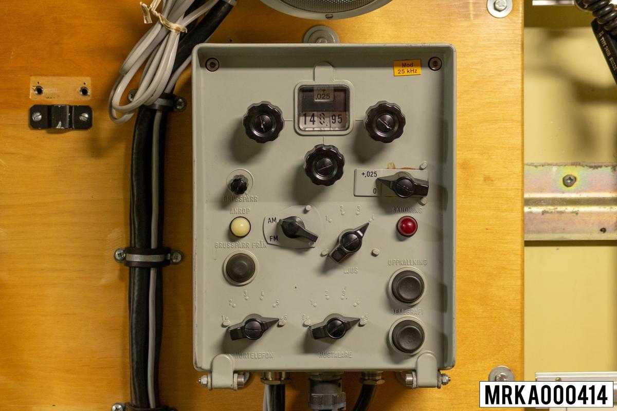 Radiostation 800 är en UKV-station för både AM och FM. Den har 2400 kanaler förlaga inom frekvensområdet 100-160 MHz. Radiostationen manövreras från manöverboxen. Radiostationen betsår av sändare, mottagare och strömställarenhet i stativ 2 samt manöverbox, högtalare, anslutningsbox, anpassningsenhet och handmikrotelefon.  Ursprungsbenämning: MANÖVERBOX 8427 Ursprungsbeteckning: PETAB-RP 695.02