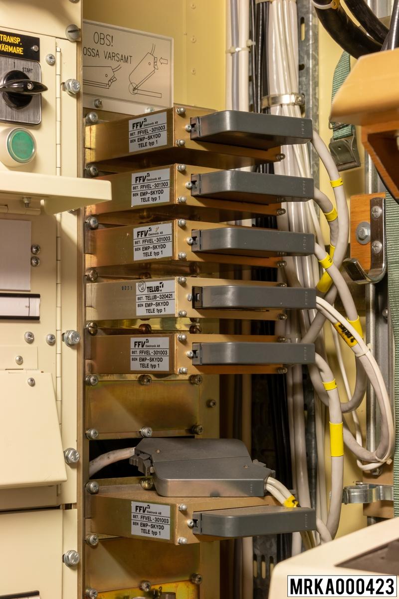 Avstörningsenhet tele innehåller transientskydd (EMP-skydd), vilka förhindrar skador på kärrans utrustningar vid överspänningar orsakade av t ex atmosfäriska störningar eller vid elektromagnetiska pulser från kärnladdningsexplosioner (EMP= elektromagnetisk puls).
