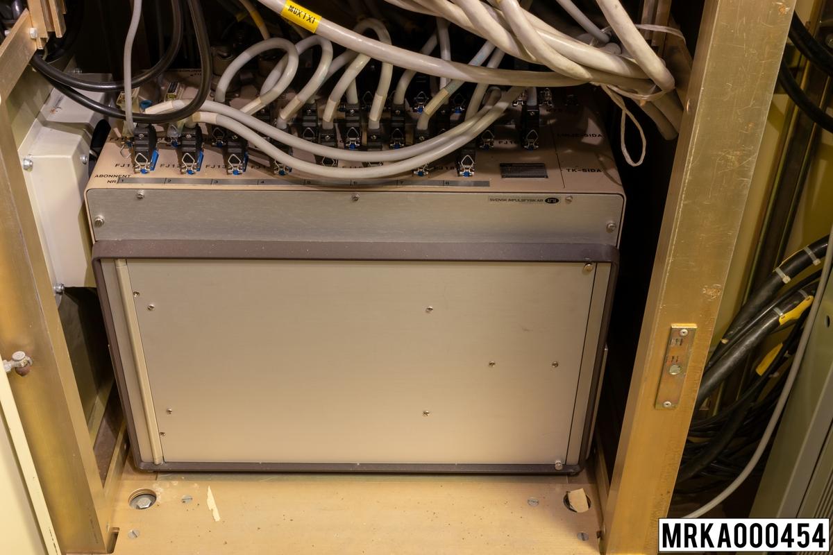 Trafikkopplare TK 190 är en linjetagarutrustning, som används för eldledning. Tarfikkopplaren består av en manöverlåda och ett stativ. Manöverlådan används för att förmedla eldledningsdata mellan målföljaande utrustningar och KA-batteriets pjäser. Med varje dataförbindelse kopplas en tillhörande talkanal i manöverlådan. Manöverlådan har åtta snörlinjer. Till snörlinjerna kan man ansluta högst 16 olika abonnenter och bilda konferensnät. Med manöverlådan kan 12 olika förutbestämda skjutfall programeras in av operatören.