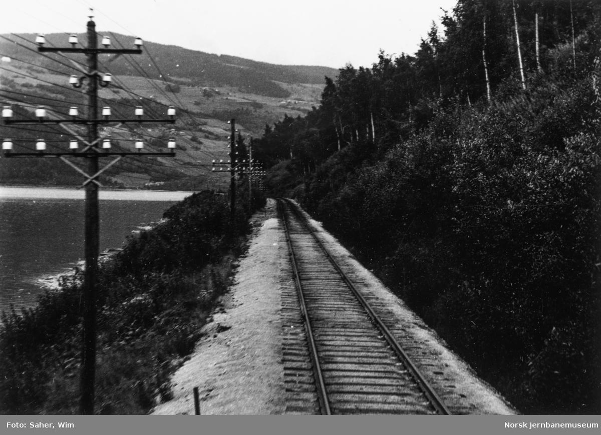 Utsikt fra førerrommet på Dovreekspressen, motorvogn type 88, syd for Losna.