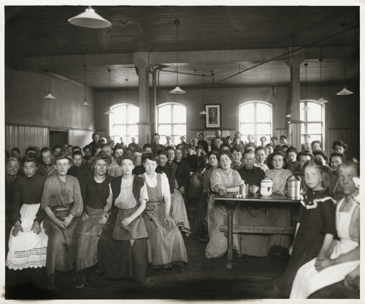 Kvinnelige arbeidere sitter i Kvinnenes spisesal ved Christiania Seildugsfabrik.