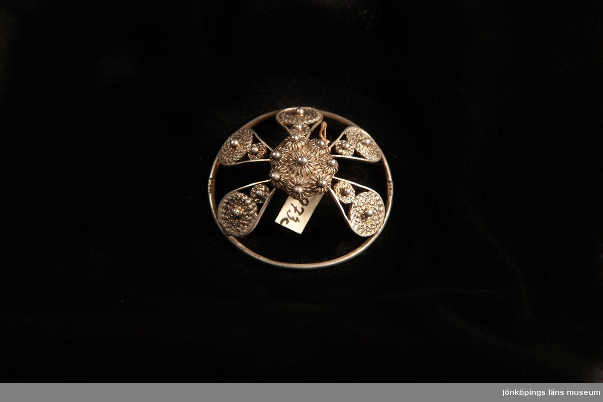 """En malja av silver. Filigranarbete i form av fem st.""""tungor"""" upp mot blomma i filigran.Stämplad på rundelns kant. JM.19973:a-e hör ihop."""