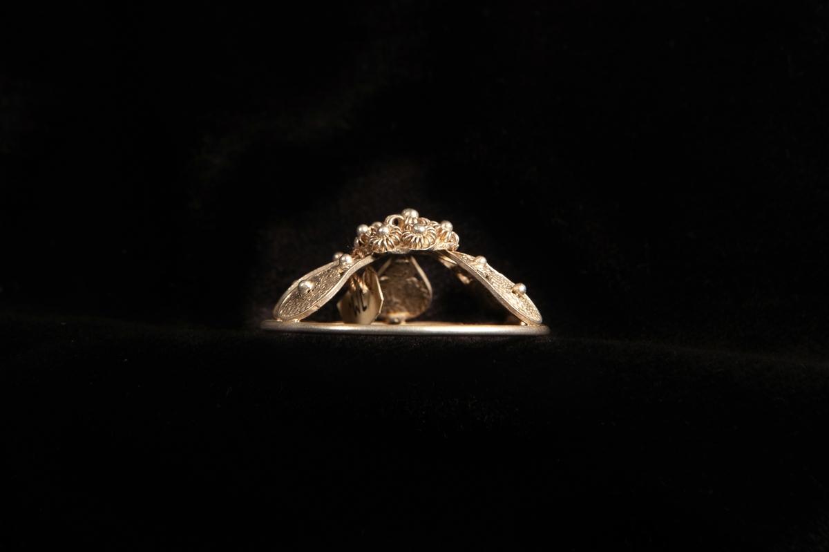 """En malja av silver. Filigranarbete i form av fem """"tungor"""" upp mot blomma i filigran. Stämplad på rundelns kant. JM.19973:a-e hör ihop."""