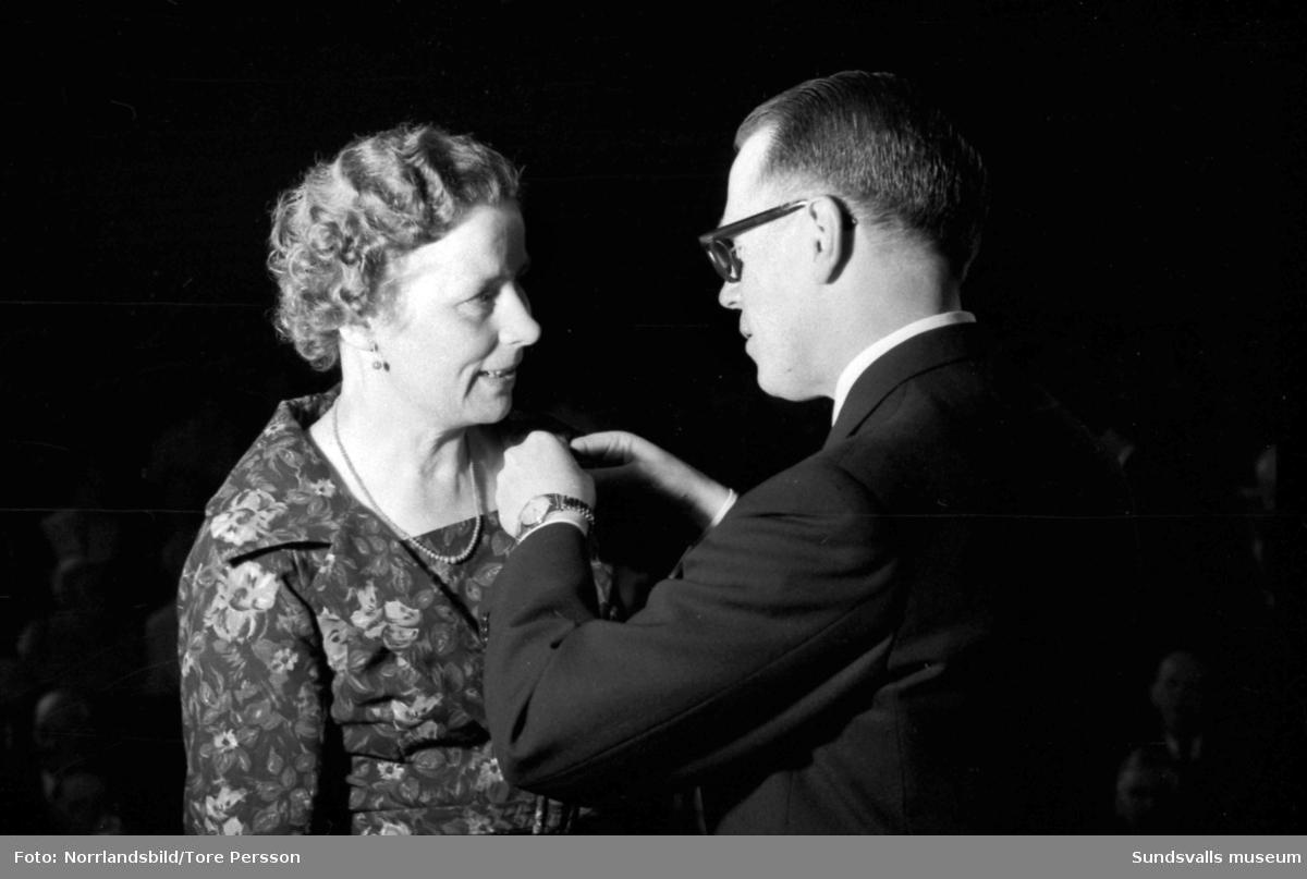 SCA-trotjänare får nålar och diplom på Skönsbergs folkets hus av direktör Eije Mossberg.