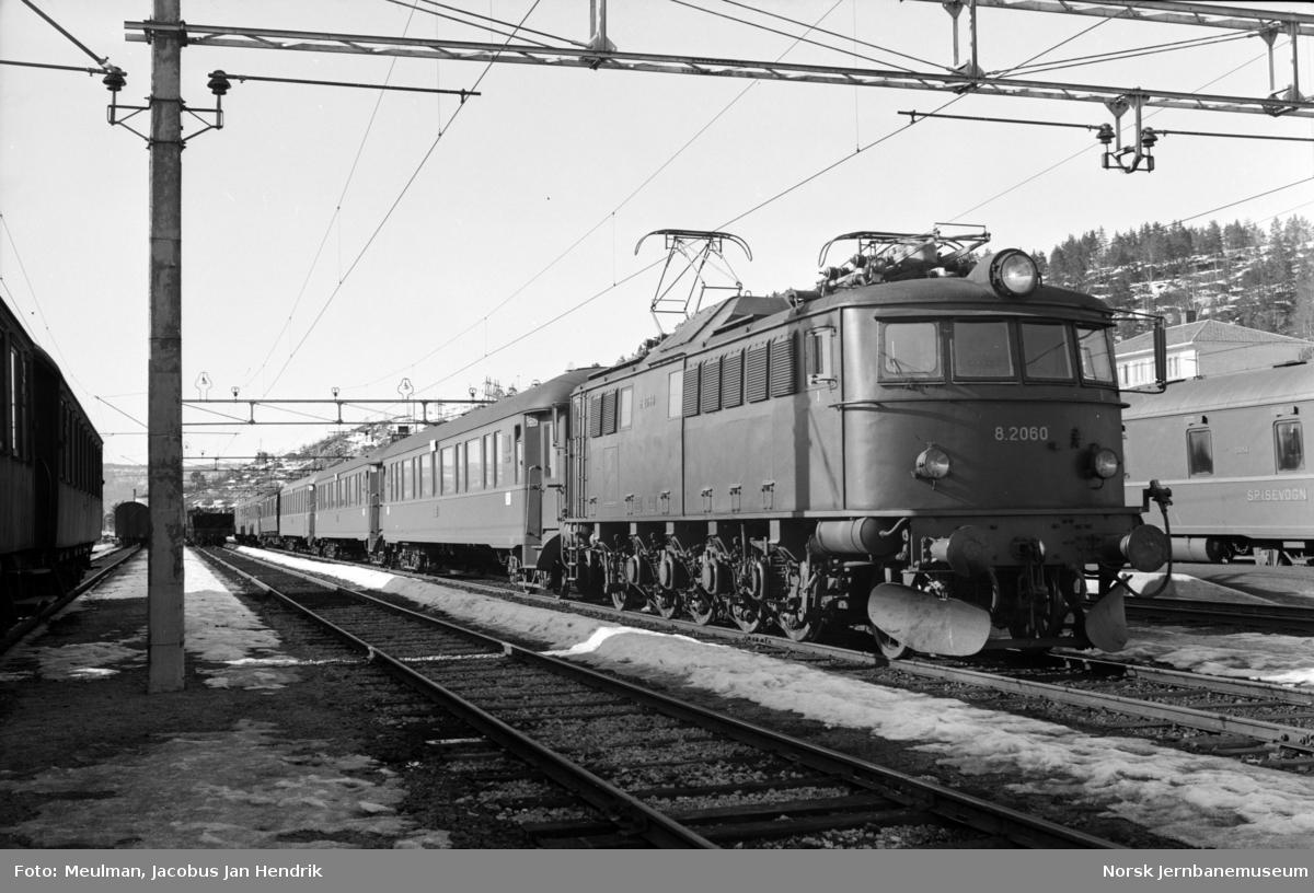 Elektrisk lokomotiv type El 8 nr. 2060 med dagtoget fra Stavanger til Oslo V, hurtigtog 702, på Nelaug stasjon.