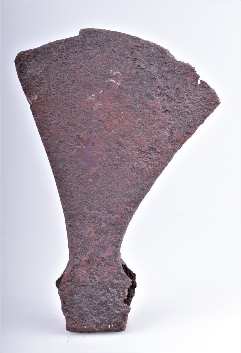 Øks av jern fra yngste vikingtid eller tidlig middelalder funnet på Nedre Hammerstad i Totenvika i 1875-1876. Mulig også ei breiøks av type M. Ganske tynn i bladet fram mot skafthullet.