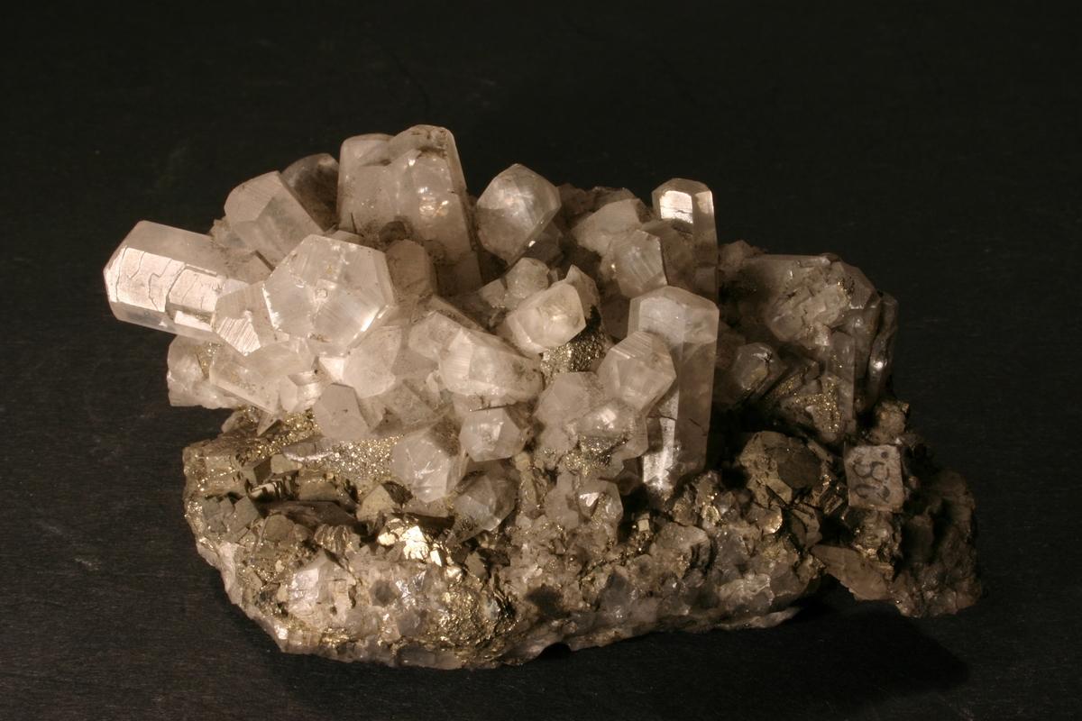 Kalsittkrystaller, prisme og skalenoeder, pyrittkrystaller, kvarts og sinkblende Etikett: 28 Vekt 105,15 g