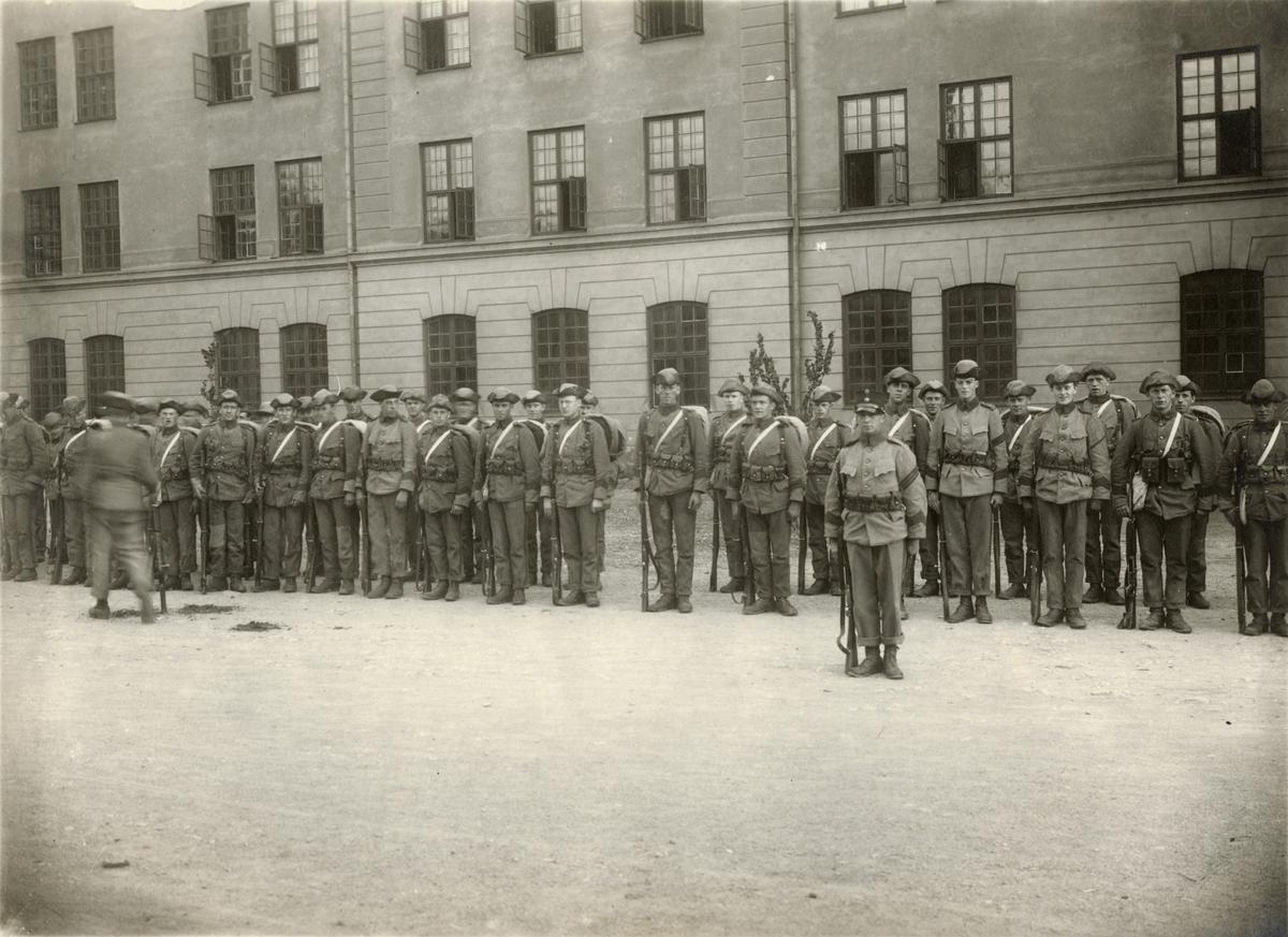 """Bildtext: """"Grenadjärkompani utanför II. bataljon. I 26 1925."""""""