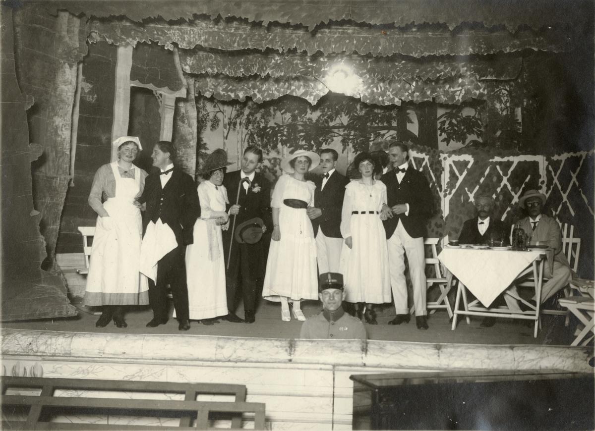 "Bildtext: ""Sällskapsspektakel 1918-1919."""