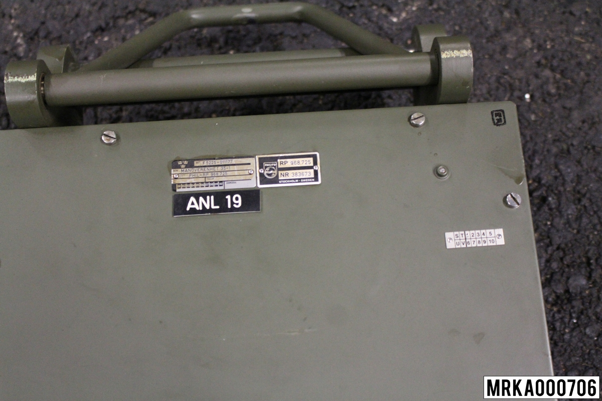 Manöverenhet används för att styra olika funktioner i mätstationen, ställ in parallaxer mm.  Ursprungsbenämning: MANÖVERENHET 35-1 Ursprungsbeteckning: PHIL-RP 698.725  Anläggning 19