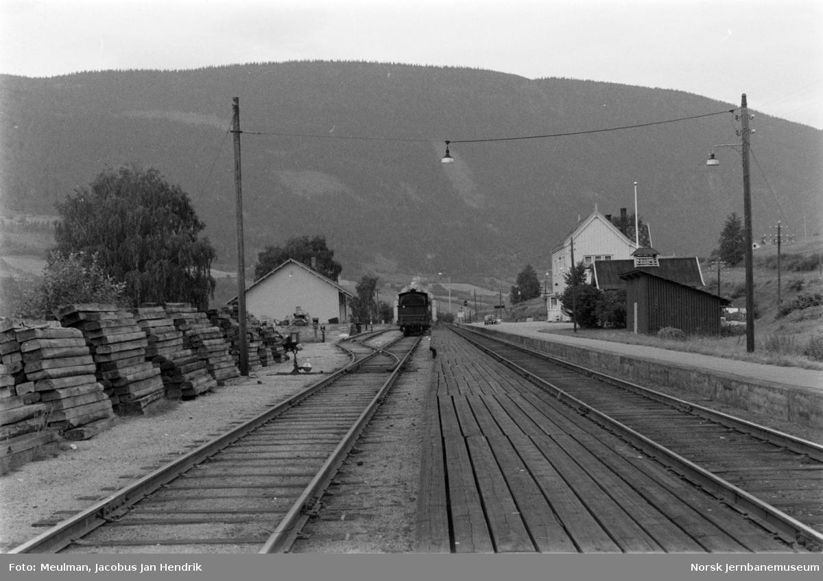 Profilutsparing i plattformen på Hundorp stasjon på grunn av sporveksel. I bakgrunnen damplokomotiv type 27a nr. 254.