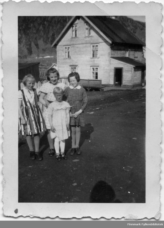 Fotografi fra Lebesby i 1939 med følgende tekst: Fra venstre: Reidun Nicolaisen (Lamo), Sonja Elvide Lund (født 19.04.1928, Sonja Fikse, datter av storskipper Fredrik Johan Fikse og Ida Sofie Fikse), Randi Ødegård (Dekka). Foran: Torgunn Osvold (Paulsen). Sonja er sannsynligvis en slektning av Astrid Lund. Astrid giftet seg med Valter Karlsen som er tidligere eier av bildet. Bildene ble i sin tid gitt til Kjøllefjord Historielag.