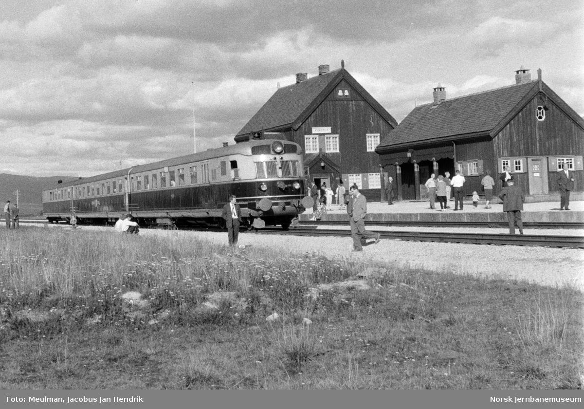 Dovreekspressen med dieselmotorvognsett type 88 på Fokstua stasjon.