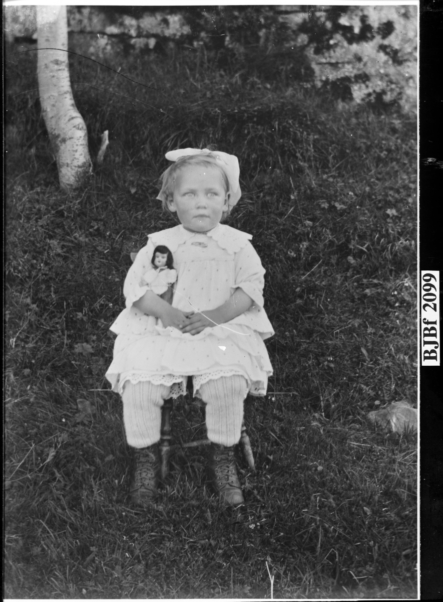 Gunvor Drilen som lita jente med dukke i armen, Vallersund, Bjugn.