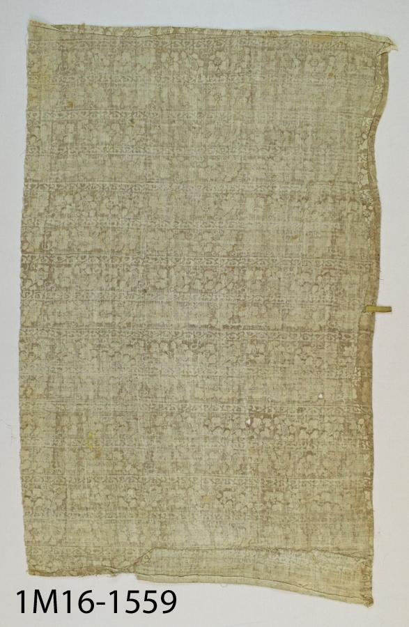 """Antependium av nu brunröd silkesammet, med broderade stjärnor av guldtråd i läggsöm. Längs överkanten en broderad bård, ursprungligen ett altarbrun. Sammeten är hopskarvad av oregelbundet skurna stycken som visar att antependiet är sydd av en tidigare liturgiskt textil, samt att altarbrunet är påsytt efteråt. Jfr inv.nr 1560:1  Litteratur:  """"Medeltida vävnader och broderier i Sverige"""",  A. Branting och A. Lindblom. 1928/29 """"Birgittinska textilier"""" , Inger Estham 1991"""