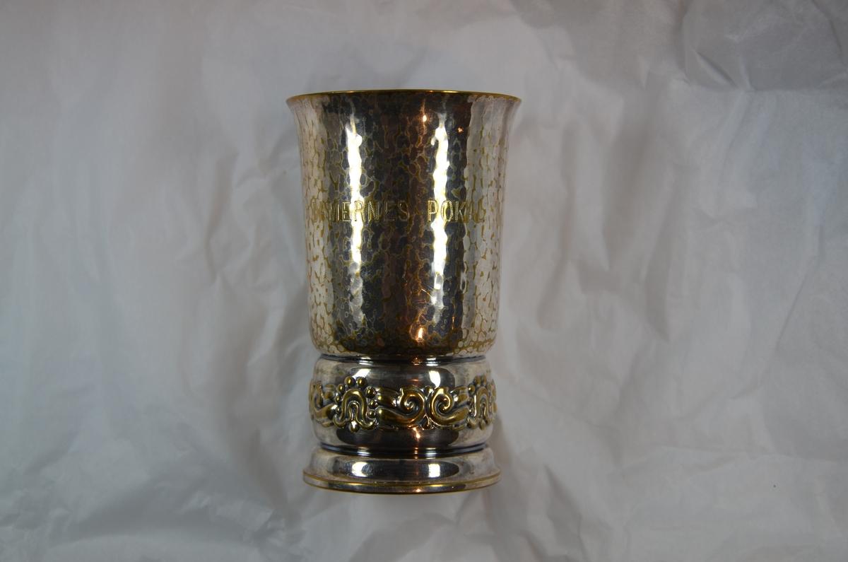 Hamret sølv med forgylt bord rundt foten.
