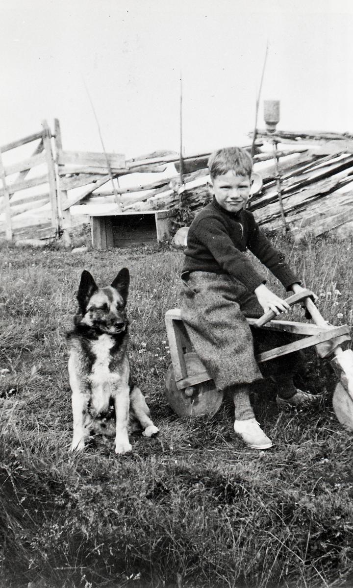 Knut Bjarne Berg på heimelaga tresykkel.