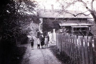 Hulda utenfor Labråten med barnebarn. (Foto/Photo)