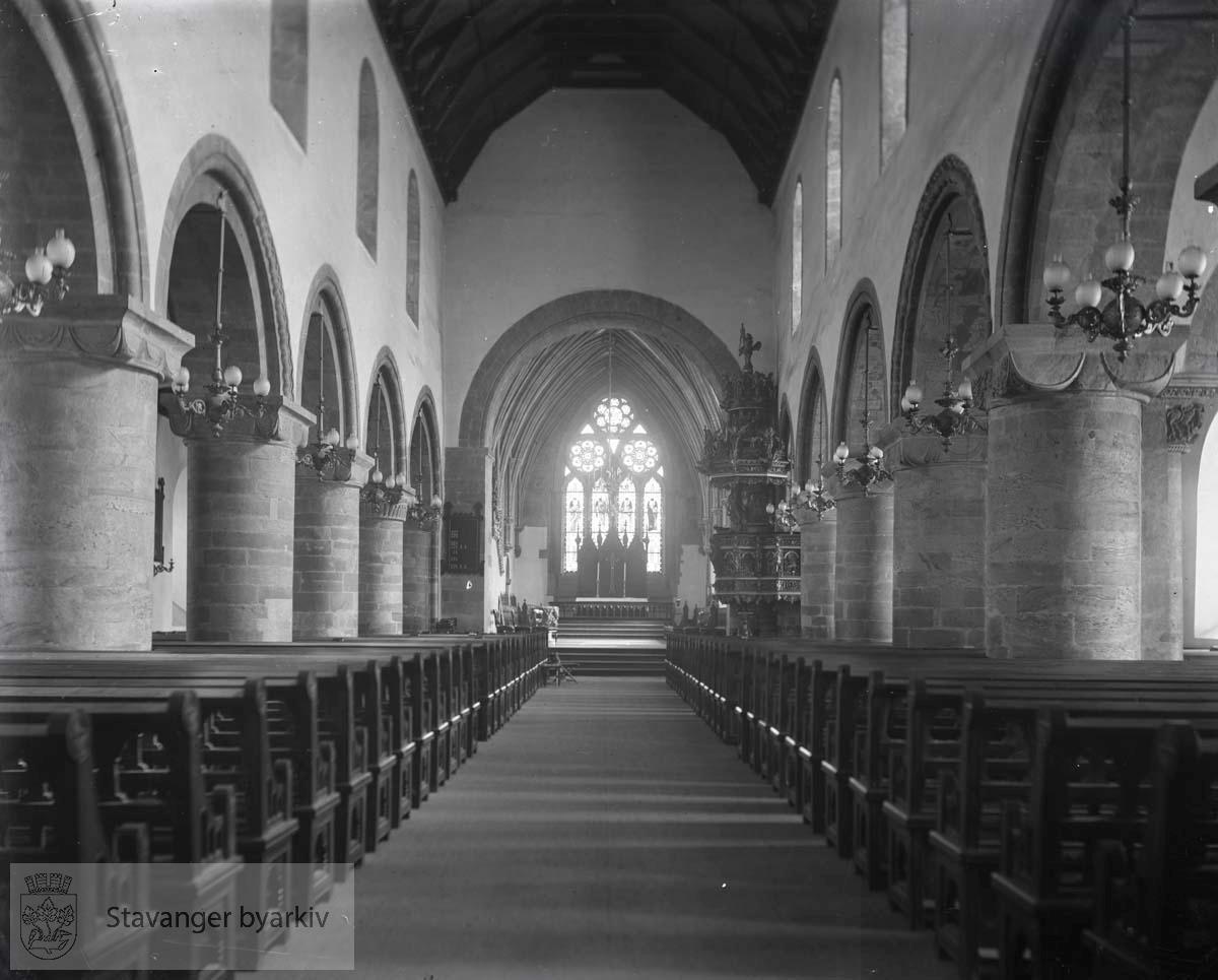 Benkeradene på hver side av midtgangen, koret.