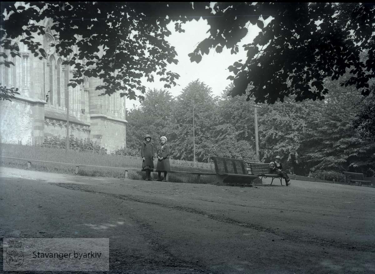 Byparken med Domkirken i bakgrunnen, barn ved benk.