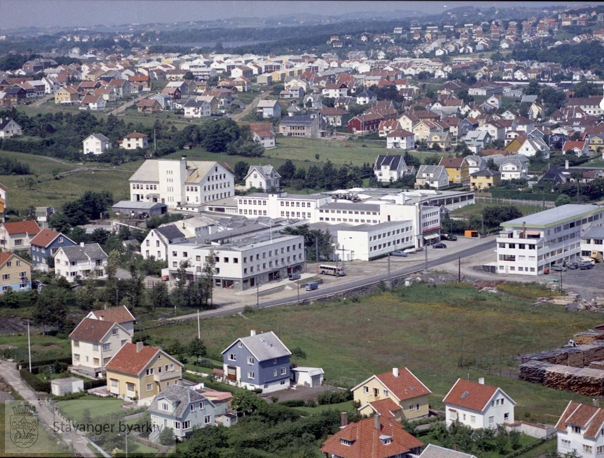 Bebyggelse ved Skjeringen, Nord-Skjeringen, Nordlia..Maskinhuset og andre industribygg til Hillevågsveien..Øverst boligområder i Hillevåg, Bekkefaret, Vålandskråningen. Mosvatnet