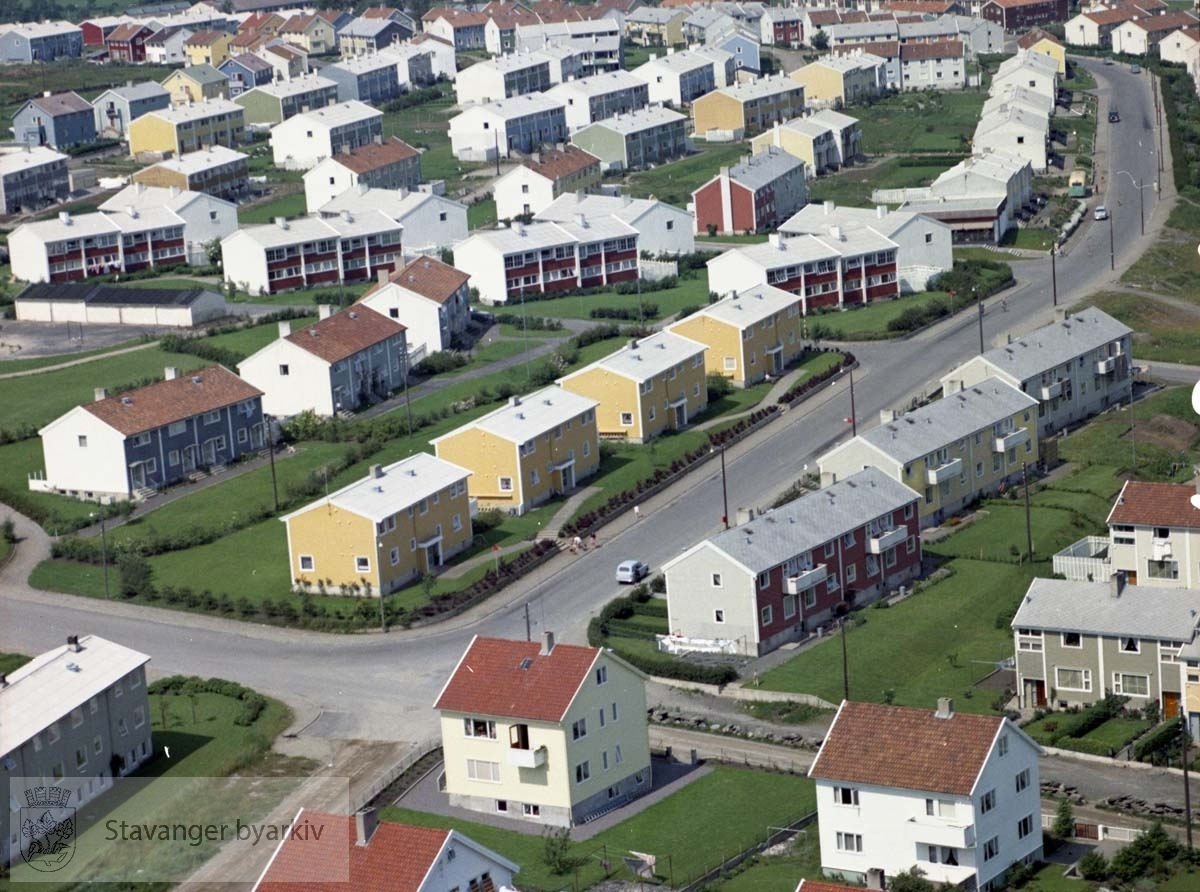 I forgrunnen krysset Svend Foyns gate/ Haugåsveien. Videre bebyggelse ved Nordlysbråtet, Gjøas gate, Robert Scotts gate..Øverst boliger i Bekkefaret