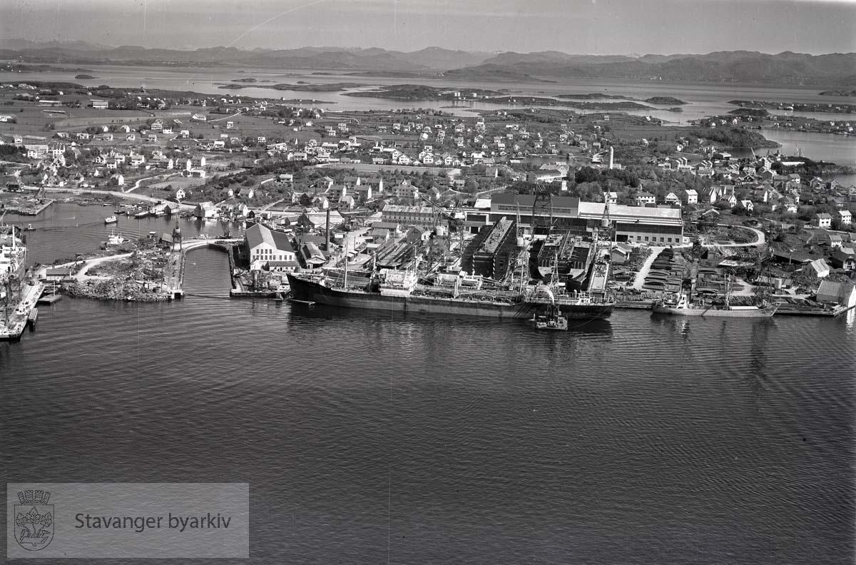 Stavanger midtre og ytre. Buøy. Mot N.Ø...Nyhavn til venstre. Mot Hundvåg. .Stavanger Skibsophugning A/S , Stavanger skipsopphugning holdt til i Nyhavn fra 1903 fram til 1957 da virksomheten ble flyttet til Grimstad.