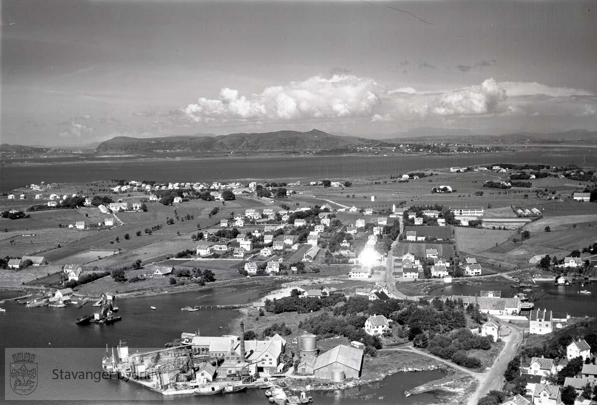 Stavanger ytre. Hundvåg. Husebø og Austbø. Mot nord...Bangarvågen til venstre. Galeivågen til høyre..Hundvåg kirke og skole midt i bildet.