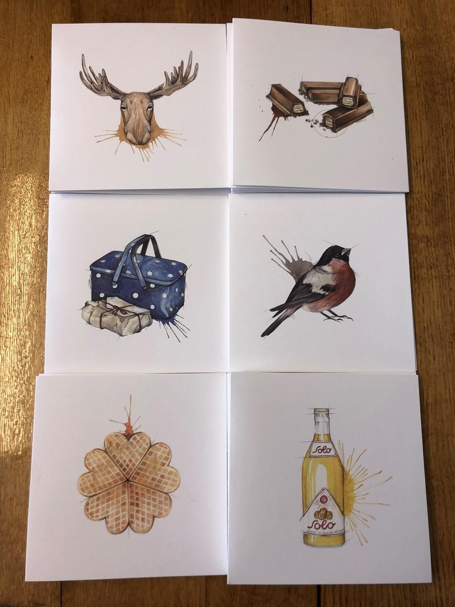 6 kort med forskjellig illustrasjon av elg, Kvikk Lunsj, nistekurv, dompapp, vaffel og Soloflaske