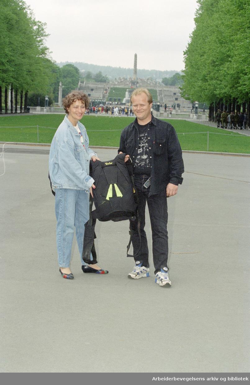 Frognerparken er ypperlig landingsplass for fallskjermhopping sier Steinar Halvorsen. Ella Bennett gleder seg til å være tilskuer. 5. juni 1996