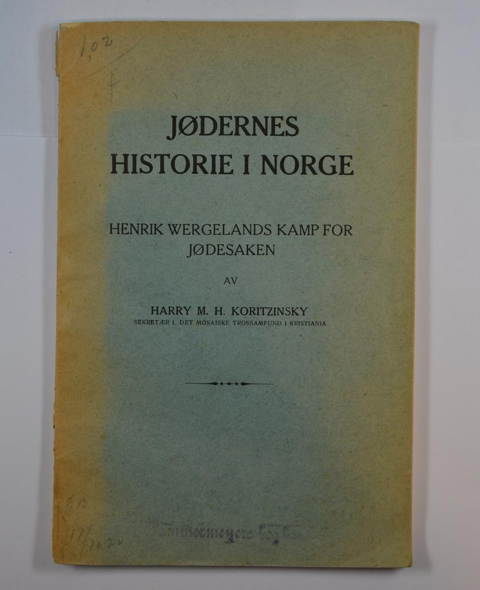 """Harry Koritzinskys """"Jødernes historie i Norge"""" fra 1922. 79 sider med forord av forfatteren. Boka inneholder også noen fotografier, blant annet av I.J. Gittelsen og familien Nathan."""