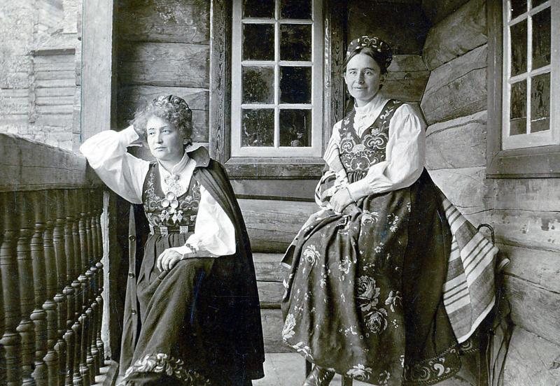 Hulda Garborg (t.v.) og Tilla Valstad (t.h.) på Maihaugen