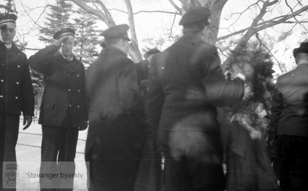 Fra Altmark-affæren i Jøssingfjord februar 1940..Marinegaster hilser gravfølget. ..14. februar 1940 kom det tyske hjelpefartøyet «Altmark» inn på norsk sjøterritorium utenfor Fosenhalvøya på hjemvei til Tyskland. Altmark hadde ca. 300 britiske krigsfanger om bord, og det fikk lov til å passere gjennom norsk territorialfarvann, eskortert av en norsk torpedobåt...Altmark ble oppdaget av et britisk fly samme dag, og britene tok opp jakten på skipet. Den britiske jageren «Cossack» avskar om formiddagen 16. februar Altmark og forsøkte å stoppe den. Altmark søkte tilflukt i Jøssingfjorden i Rogaland, beskyttet av den norske torpedobåten i fjordmunningen. Samme natt gikk Cossack inn i Jøssingfjorden og bordet Altmark, mot protest fra den norske torpedobåten...Det utspant seg en kort kamp, og seks tyskere ble drept og flere såret. Cossack befridde de britiske fangene og stakk til sjøs..
