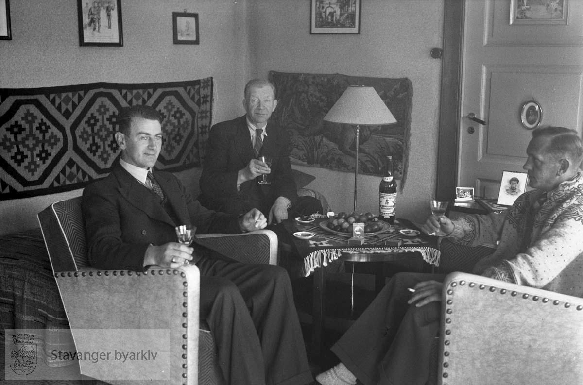 Tre menn i stua