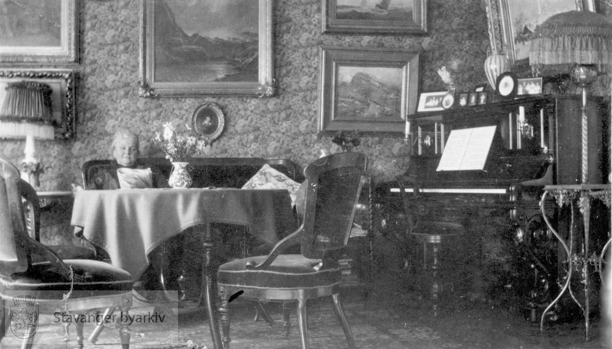 Reprofotografi?.Piano til høyre.....NB! Dette fotografiet er sannsynligvis tatt av Hans Henriksen. Gard Paulsens og Hans Henriksens arkiver ble avlevert sammen. Sjansen er stor for at enkelte bilder har blitt blandet sammen.