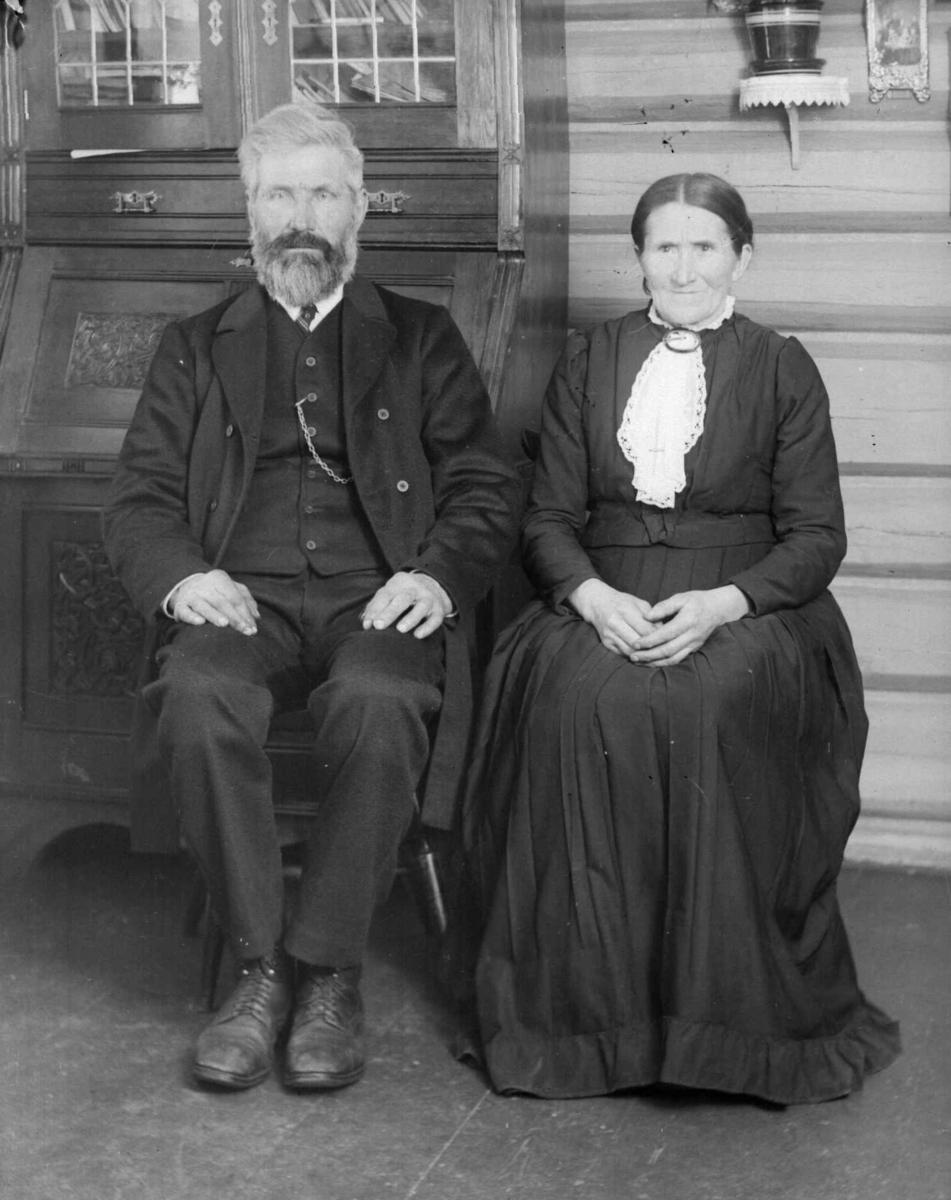 Ole Andreassen og Kristine Simensdatter Kopperud, Rudsbygd. Bildet er tatt i stua i Opjordet.